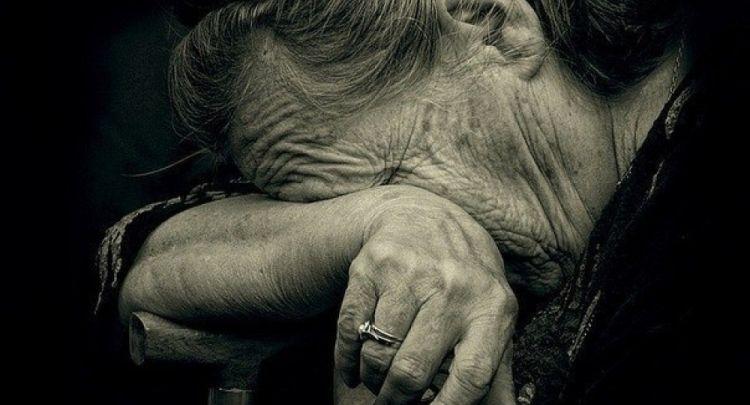 Бабуся плачет